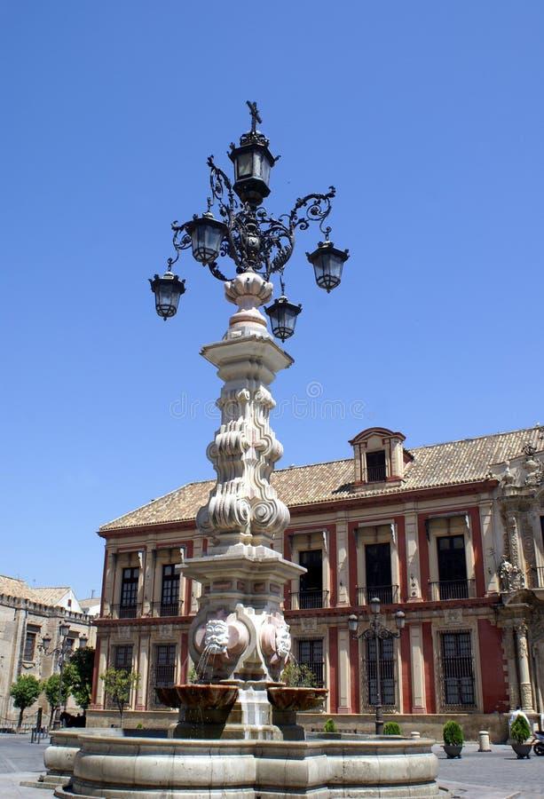 Fontein met lampen buiten de Kathedraal van Sevilla in Spanje royalty-vrije stock afbeeldingen