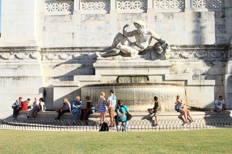 Fontein met standbeeld bij Altaar van het Vaderland stock foto's