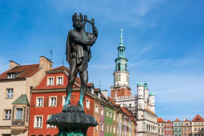 Fontein met standbeeld van Apollo op het oude stadsvierkant in Poznan stock foto