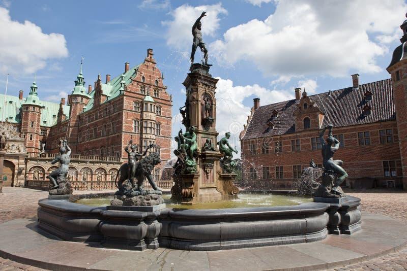 Fontein op het kasteel van Frederiksborg stock afbeelding