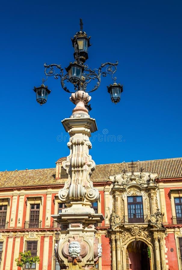 Fontein op het Plein DE La Virgen in Sevilla, Spanje stock afbeeldingen