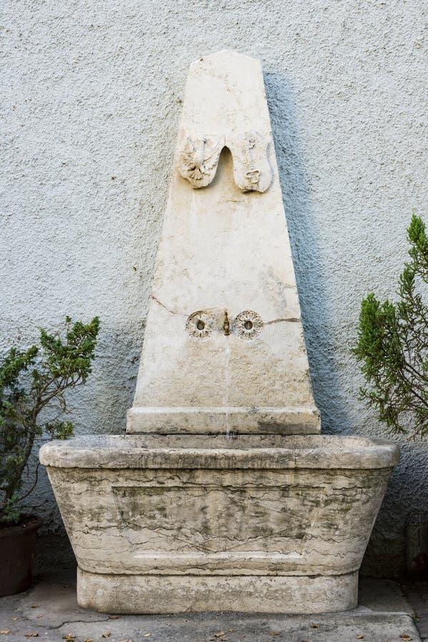 Fontein in straat Chiusa, Italië royalty-vrije stock foto's