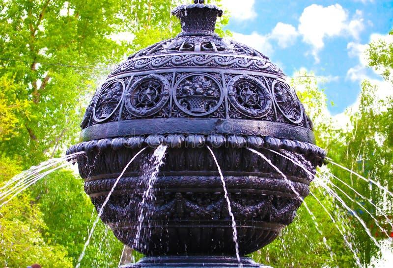 Fontein in tuin royalty-vrije stock foto