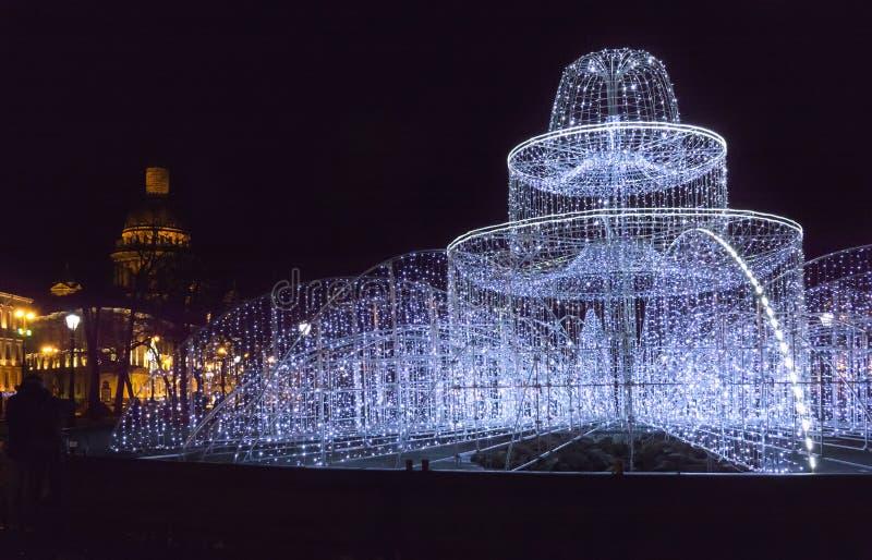 Fontein van de glanzende branden op het vierkant voor St Isaac Cathedral op Nieuwjaar` s Vooravond St Petersburg Rusland stock afbeeldingen