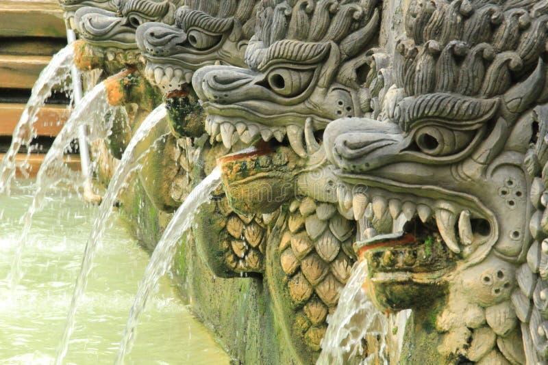 Fontein van draakstandbeelden bij de hete lentes van Bali in Indonesië stock foto's