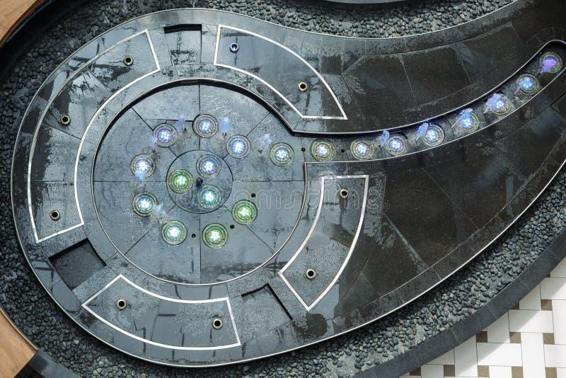 Fontein van grijs marmeren bespattend water wordt gemaakt dat De mening vanaf de bovenkant stock fotografie