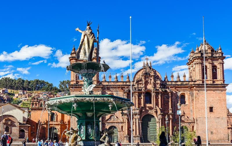 Fontein van Incan-keizer Pachacuti en Cuzco-kathedraal in Plaza DE Armas, Cuzco, Peru royalty-vrije stock afbeeldingen