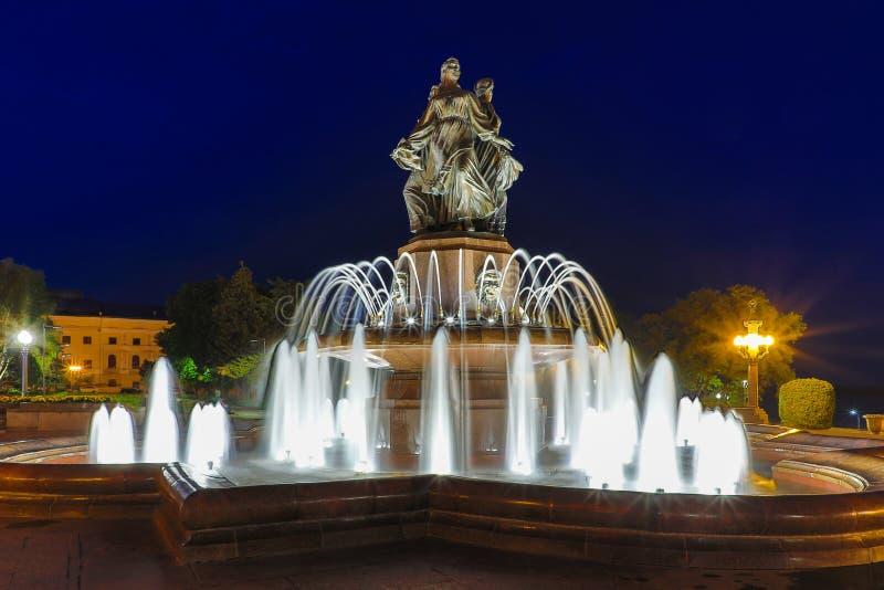 Fontein van Kunst met de verlichting in centraal van de stad Volgograd in de nacht royalty-vrije stock afbeeldingen