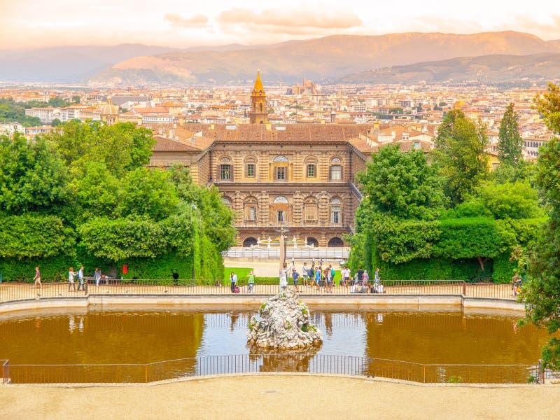 Fontein van Neptunus en Palazzo Pitti in Boboli-Tuinen, Florence, Italië royalty-vrije stock foto's