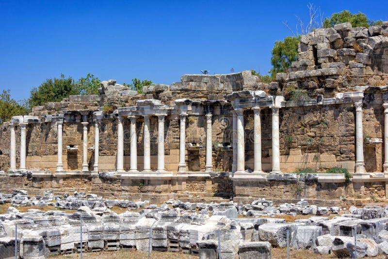 Fontein van Nymphaeus in Kant, Turkije Mooie ruïnes van een grote structuur tegen de blauwe hemel royalty-vrije stock foto