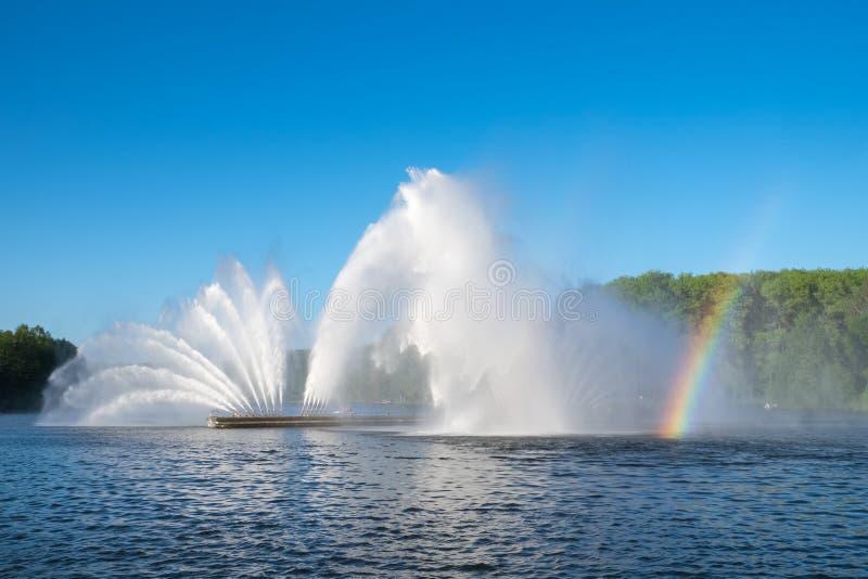 Fontein in Victory Park op de Svisloch-rivier, Minsk, Wit-Rusland stock foto's