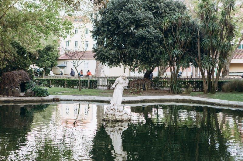 Fontein of vijver met standbeeld in Lissabon Het modelleren of architectuur of park en tuin Antiek standbeeld in water of royalty-vrije stock foto