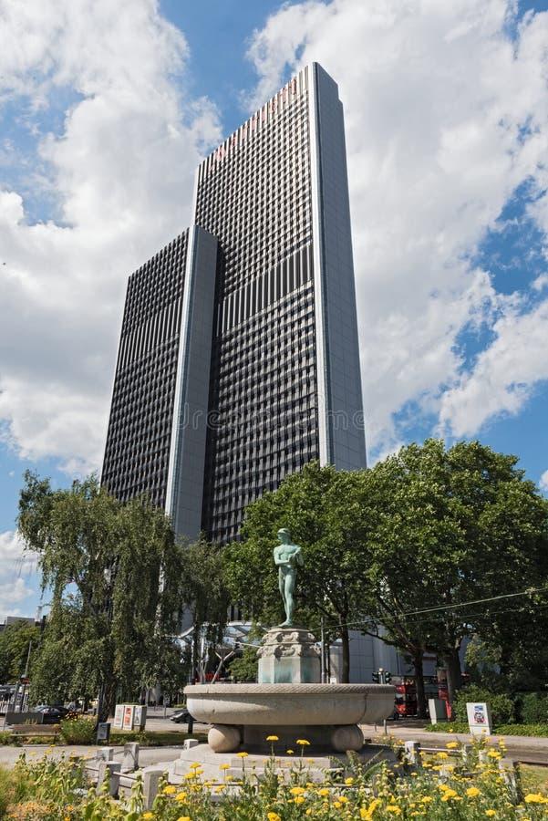 Fontein voor het Marriott-hotel dichtbij de tentoonstellingsgebied van Frankfurt Messe, Duitsland royalty-vrije stock fotografie