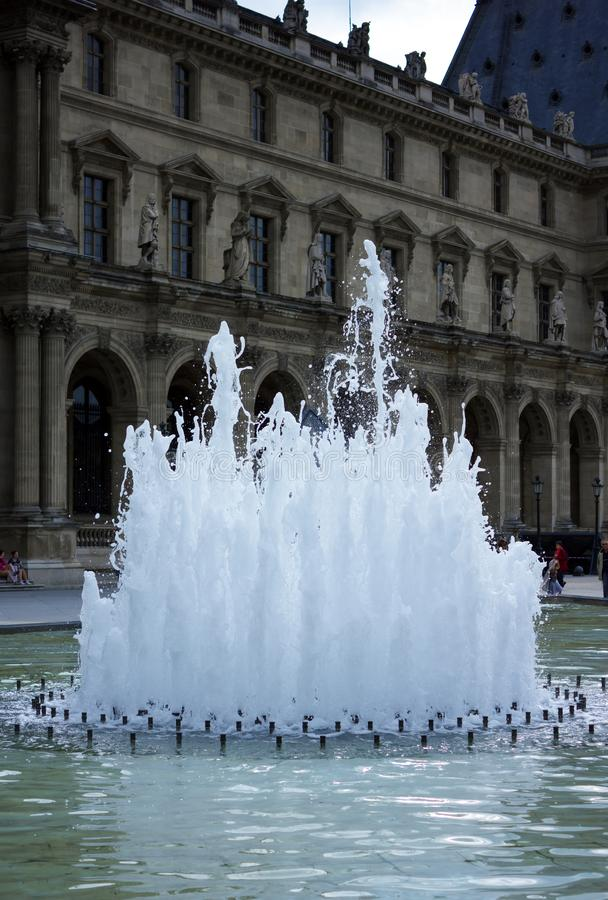 Fontein voor het Museum van het Louvrepaleis, Parijs, Frankrijk, 25 Juni, 2013 stock afbeeldingen