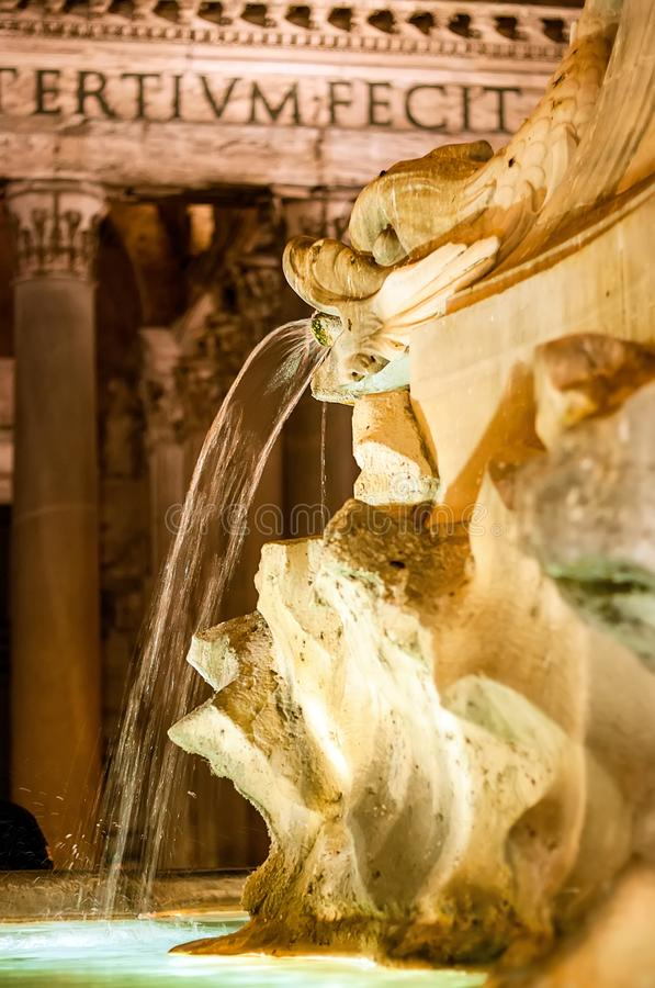 Fontein voor het Pantheon in Rome Itali? royalty-vrije stock foto