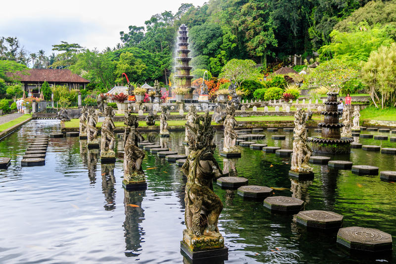 Fonteinen bij het Waterpaleis van Tirta Gangga, het Eiland van Bali, Indonesië stock foto