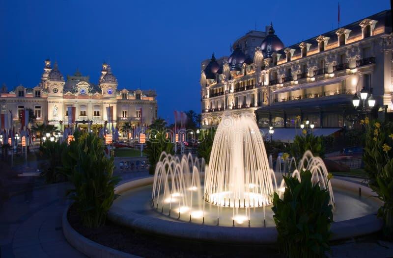 Fonteinen bij schemer in het vierkant van het Casino in Monaco royalty-vrije stock foto