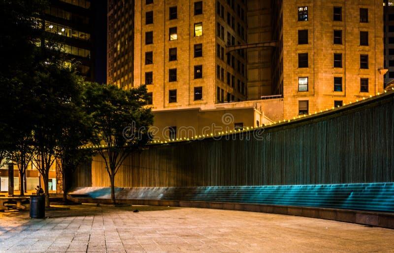 Fonteinen en gebouwen bij nacht bij Bedstropark binnen de stad in bij stock foto