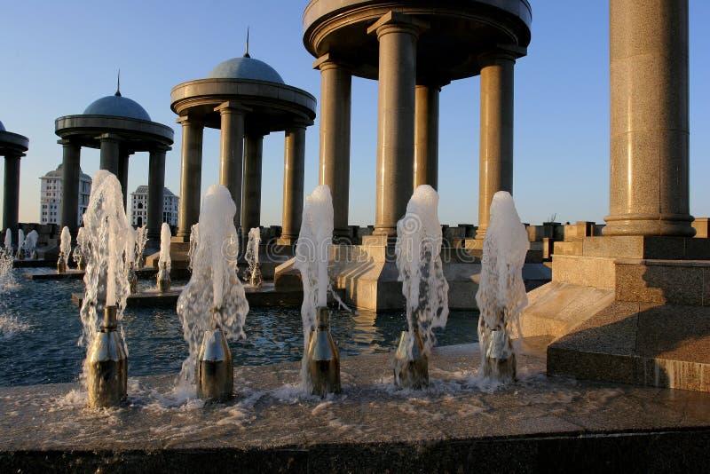 Fonteinen en steenpaviljoenen met domes1 stock fotografie