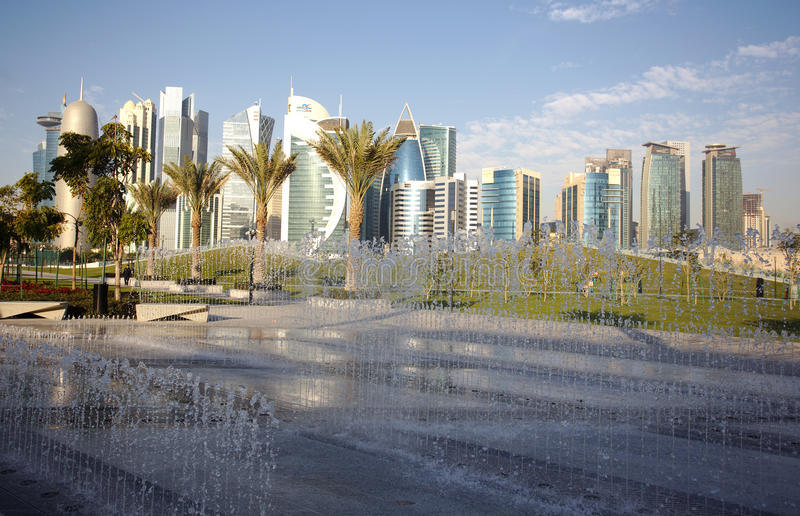 Fonteinen en torens in Doha stock fotografie
