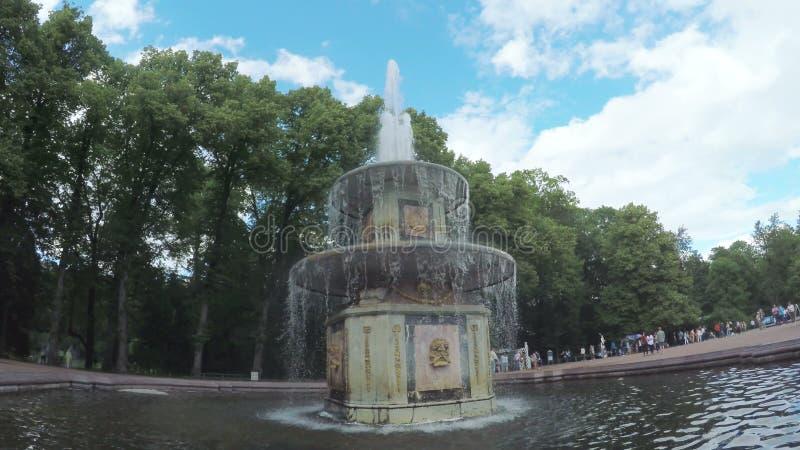 Fonteinen in park Peterhof stock videobeelden