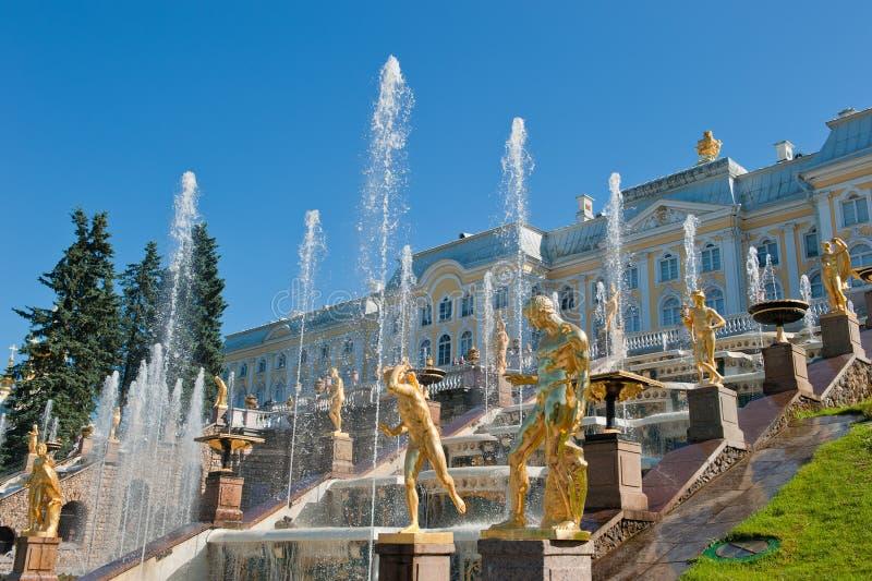 Fonteinen van Petergof, Heilige Petersburg, Rusland stock foto's