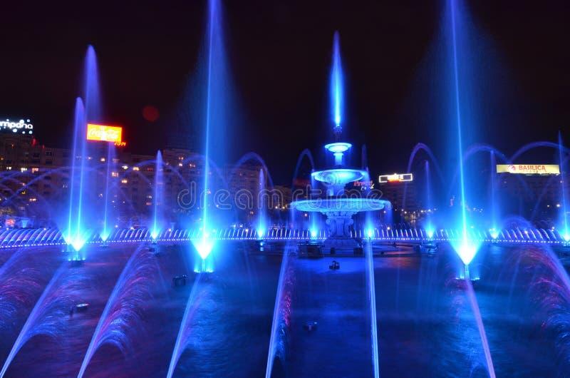 Fonteininstallatie in het centrum van Boekarest, Roemenië stock foto's