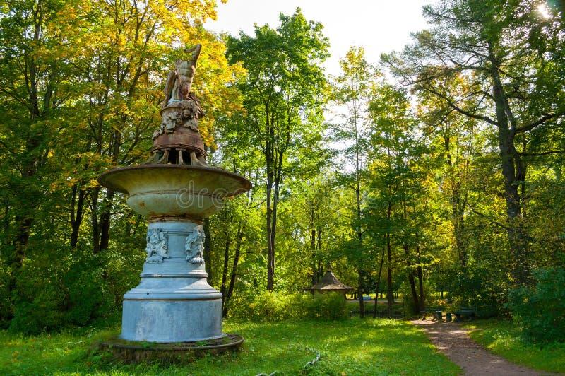 Fonteinlantaarn dichtbij de vroegere Muziekpost bij het Pavlovsk Parkgrondgebied in Pavlovsk, St. Petersburg, Rusland stock foto