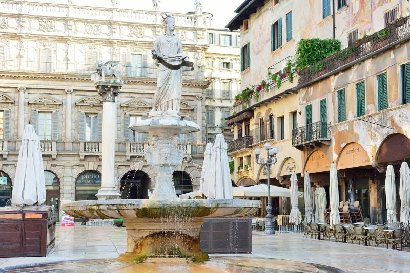Fonteinstandbeeld van Madonna Verona Fo stock afbeelding