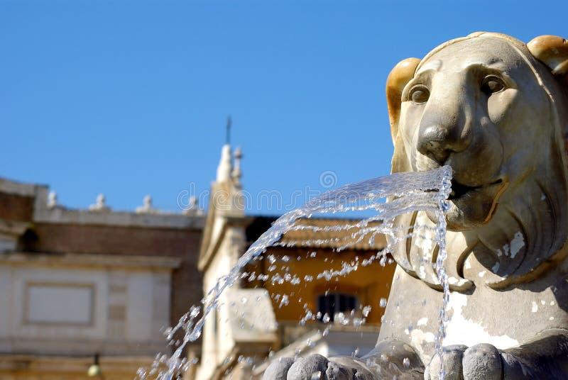 Fontes com os leões na praça Popolo, Roma fotografia de stock royalty free