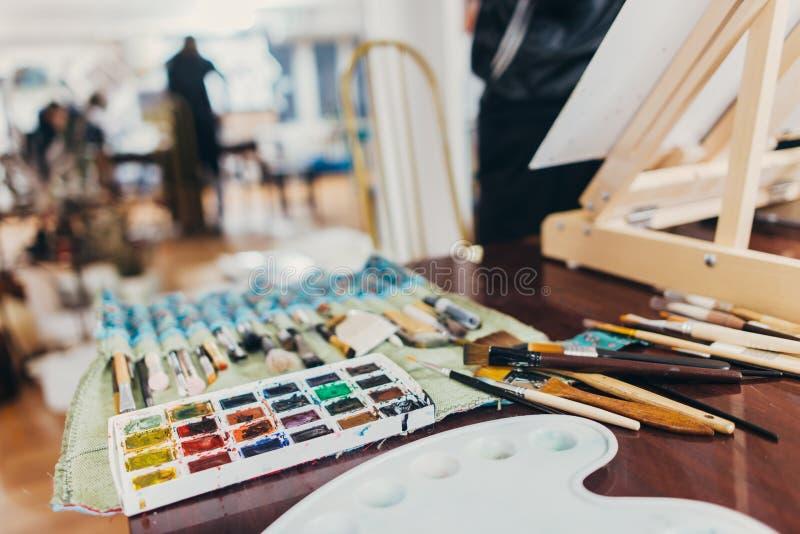 fontes da arte Escova tipos diferentes para tirar, pinturas da aquarela fotografia de stock