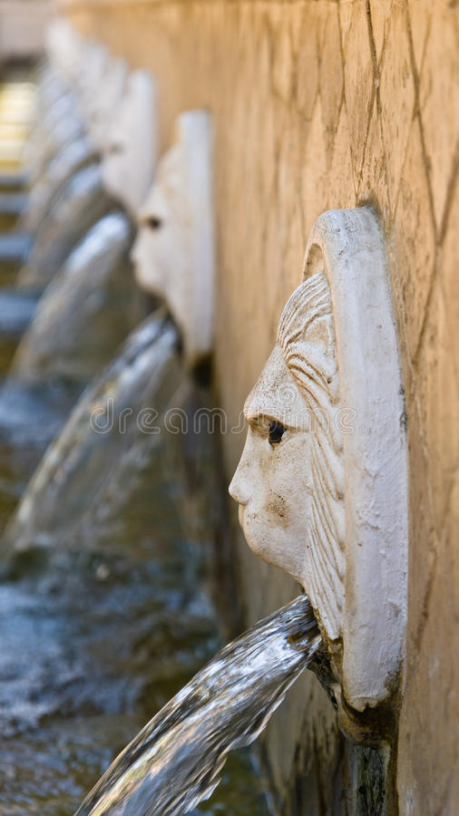 Fontes de água em uma aldeia da montanha grega de Spili, ilha da Creta imagem de stock