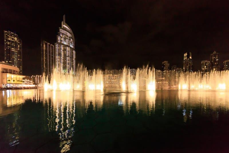 Fontes de dança no Dubai à noite fotos de stock