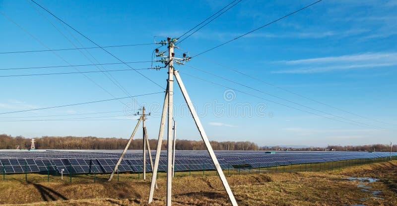 Fontes de energia alternativas Centrais elétricas de energias solares foto de stock