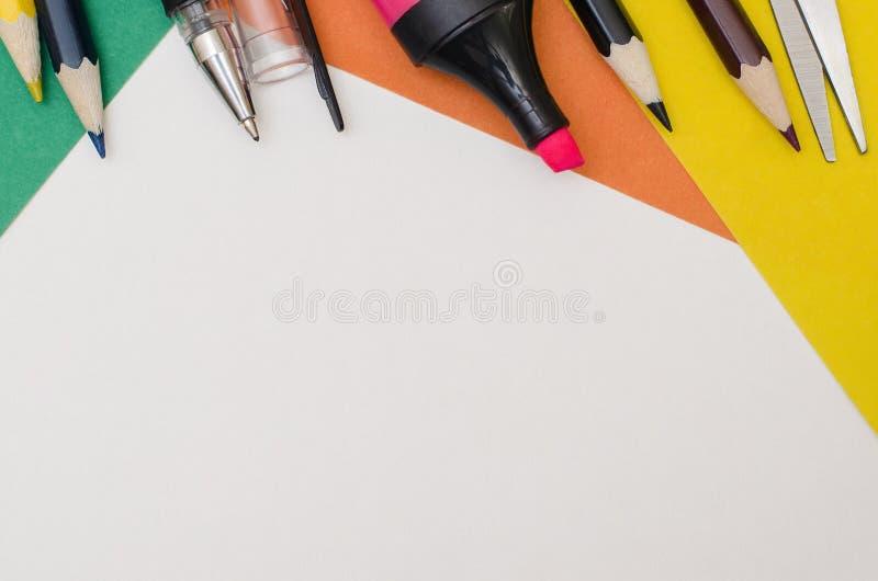 Fontes de escola, acessórios dos artigos de papelaria no fundo de papel foto de stock