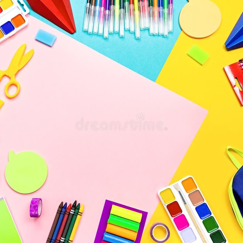 Fontes de escola, artigos de papelaria coloridos, trouxa e cesta de comida com alimento engraçado para crianças De volta ao conce imagem de stock royalty free