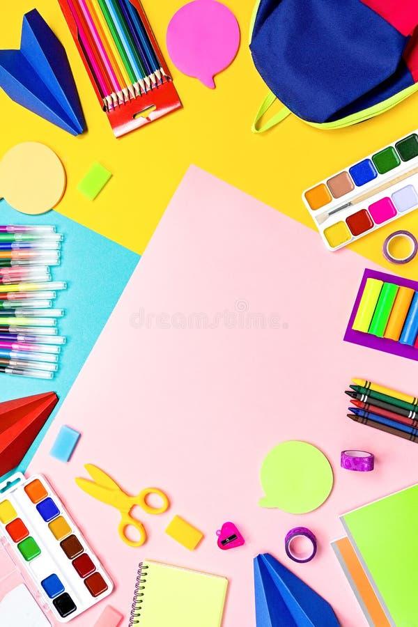 Fontes de escola, artigos de papelaria coloridos, trouxa e cesta de comida com alimento engraçado para crianças De volta ao conce fotografia de stock royalty free