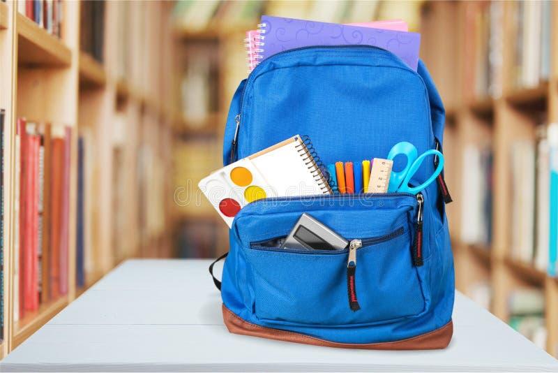 Fontes de escola coloridas na trouxa na sala de aula imagens de stock