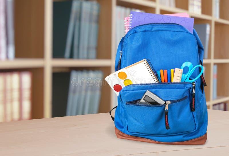 Fontes de escola coloridas na trouxa na sala de aula imagens de stock royalty free