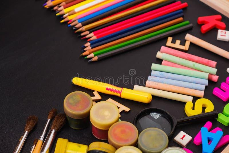 Fontes de escola no fundo do quadro-negro fotografia de stock