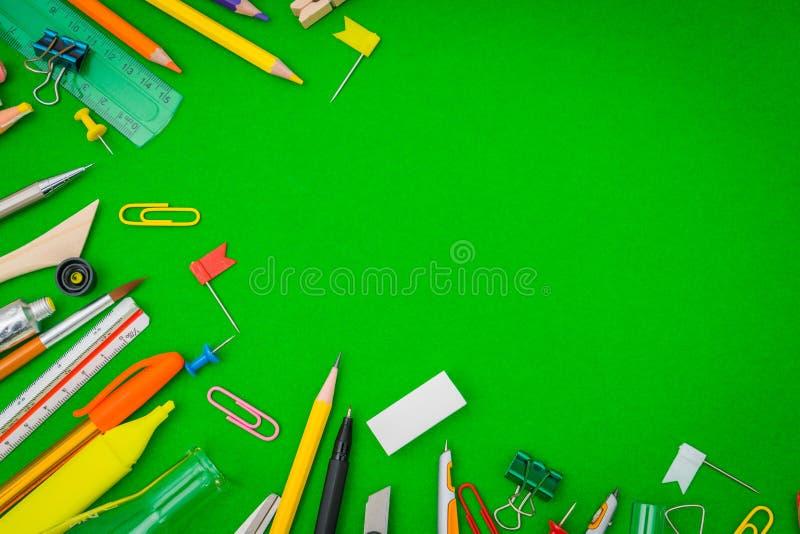 Fontes de escola no quadro verde de volta ao fundo da escola imagem de stock royalty free