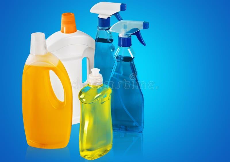 Fontes de limpeza química no fundo azul imagens de stock royalty free