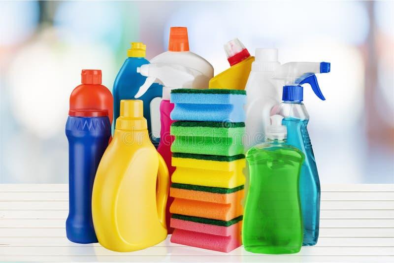 Fontes de limpeza química no fundo branco imagem de stock