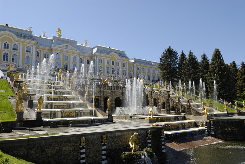 Fontes de Peterhof em St Petersburg, Rússia imagens de stock royalty free