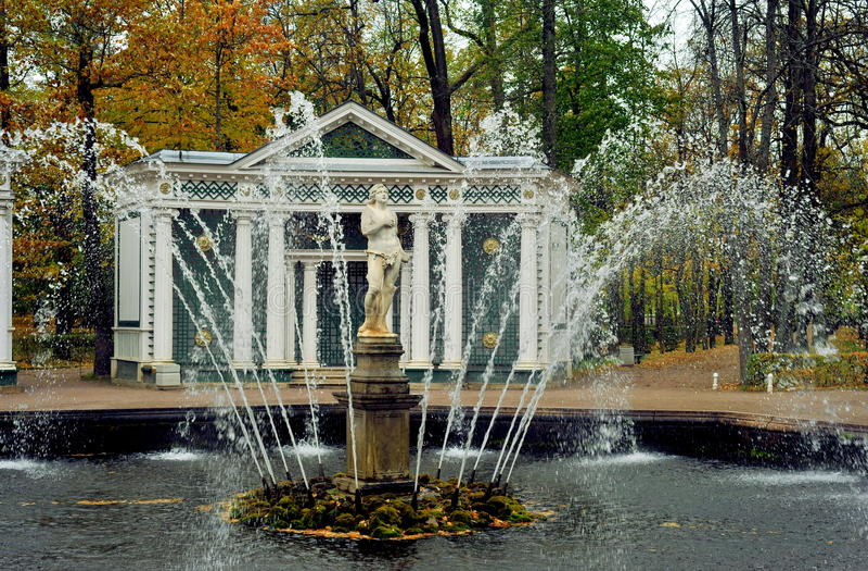 Fontes de Peterhof, Rússia imagens de stock