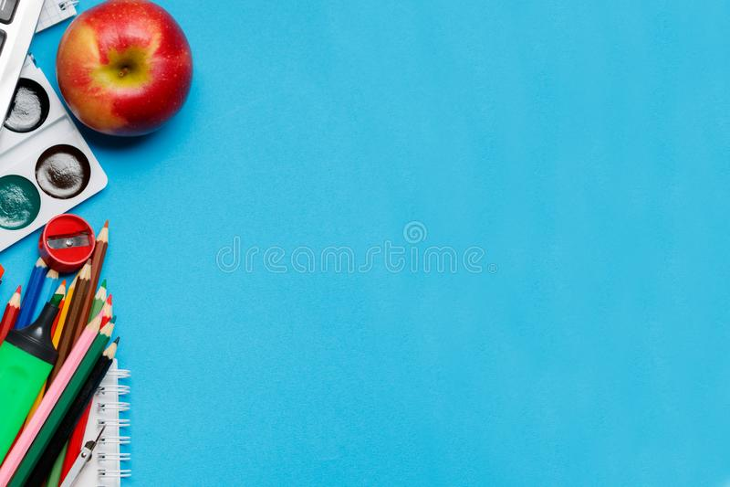 Fontes de secretaria da escola no fundo azul fotos de stock royalty free