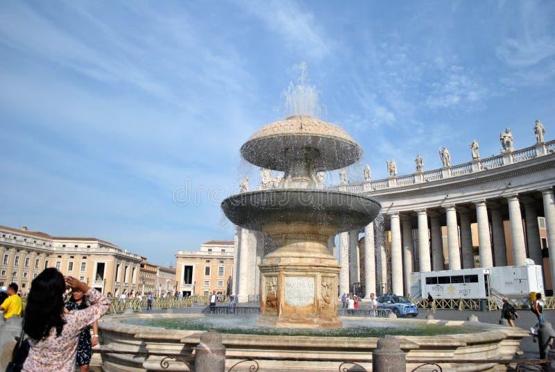 Fontes de St Peter & de x27; Cidade do Vaticano do quadrado de s foto de stock