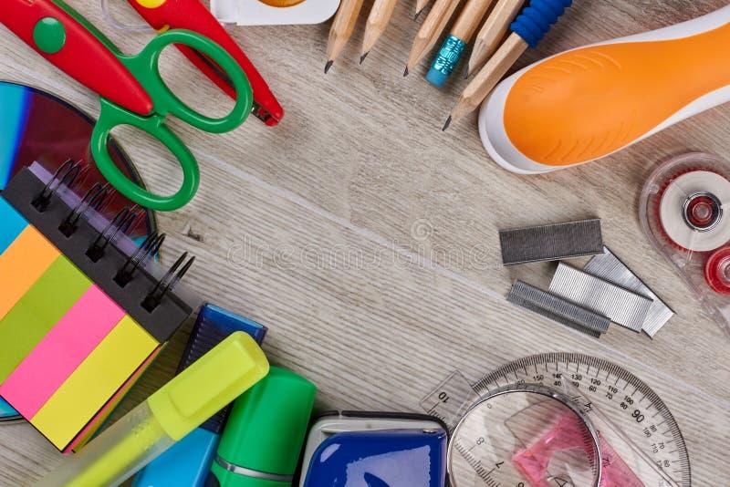 Fontes do escritório e de escola arranjadas na tabela de madeira foto de stock royalty free