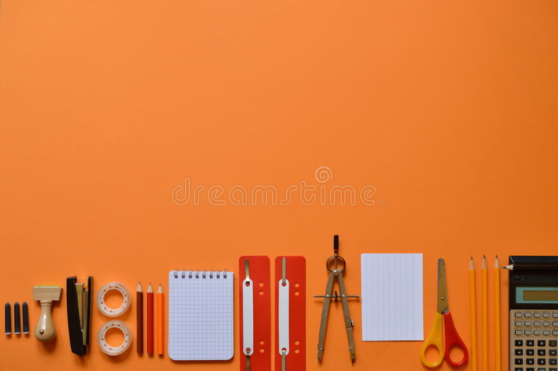 Fontes do escritório ou de escola no cartão alaranjado imagem de stock