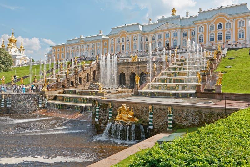 Fontes grandes da cascata de Peterhof imagem de stock